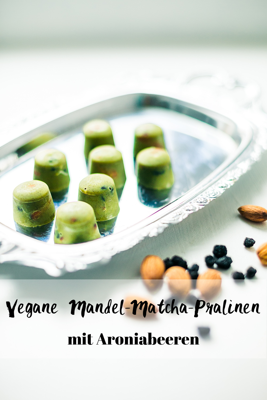 Mandel-Matcha-Schokoladen-Pralinen mit Aroniabeeren