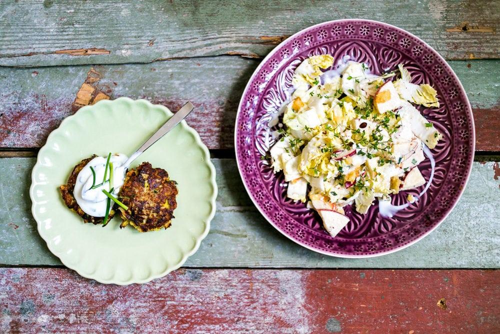 Apfel-Chinakohl-Salat mit Käse-Lauch-Puffern und Schnittlauchdip – saisonale Rezepte April