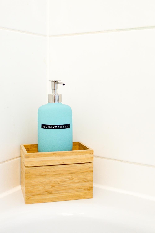 Stauraum für ein kleines Badezimmer – Wir zeigen euch unser neues ... | {Seifenspender holz ikea 60}