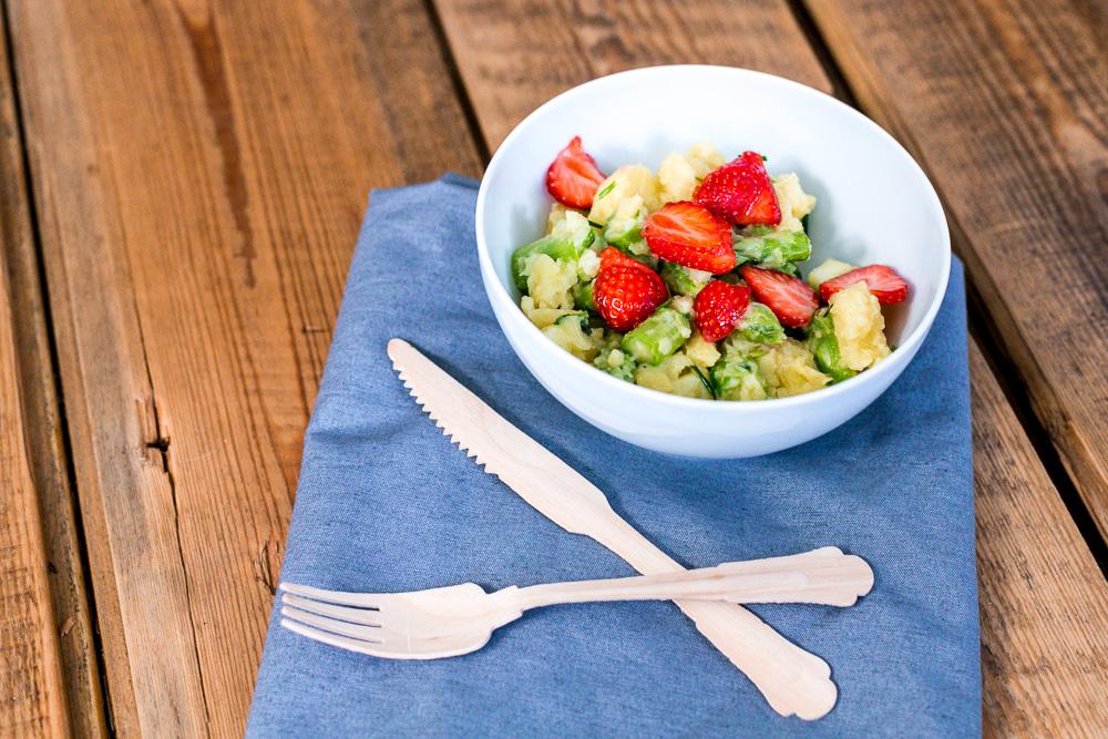Kartoffelsalat mit grünem Spargel und Erdbeeren saisonales Rezept Mai