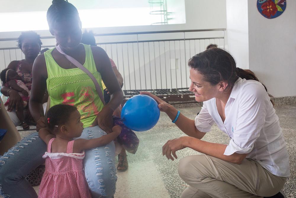 """Bereits zum zwölften Mal startet im Oktober die Aktion von Pampers für UNICEF """"1 Packung = 1 lebensrettende Impfdosis"""". Pampers unterstützt mit dieser Initiative das Kinderhilfswerk der Vereinten Nationen im Kampf gegen Tetanus bei Müttern und Neugeborenen. Seit Beginn der Partnerschaft konnte mit der Unterstützung von Eltern und deren Babys weltweit ein Meilenstein erreicht werden: In insgesamt 20 Ländern, mehr als der Hälfte aller vormals betroffenen Länder, konnte Tetanus bei Müttern und Neugeborenen bereits eliminiert werden. Zu diesem Meilenstein hat auch die Initiative von Pampers für UNICEF beigetragen. Aber es gibt noch immer viel zu tun: In den verbliebenen 18 Ländern weltweit sind weiterhin 65 Millionen Frauen und ihre Neugeborenen von der Krankheit bedroht. Deshalb ist das Engagement der Partner ungebrochen: Von Oktober bis Dezember 2017 unterstützt Pampers das Kinderhilfswerk der UN bei jedem Kauf einer Packung Pampers mit dem UNICEF-Logo mit dem Gegenwert einer lebensrettenden Impfdosis gegen Tetanus. Schauspielerin Bettina Zimmermann, selbst Mutter von vier Kindern ist in diesem Jahr Aktionsbotschafterin der Initiative. Sie reiste im Sommer nach Haiti und erlebte dort, wie die Menschen vor Ort leben, wie das Impfprogramm von UNICEF umgesetzt wird und warum Tetanus noch immer eine Gefahr für Mütter und Neugeborene darstellt."""