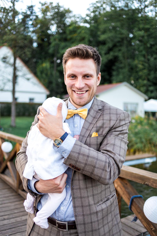 Anzug kariert Hochzeitsgast mit Baby Auf Hochzeit mit Baby
