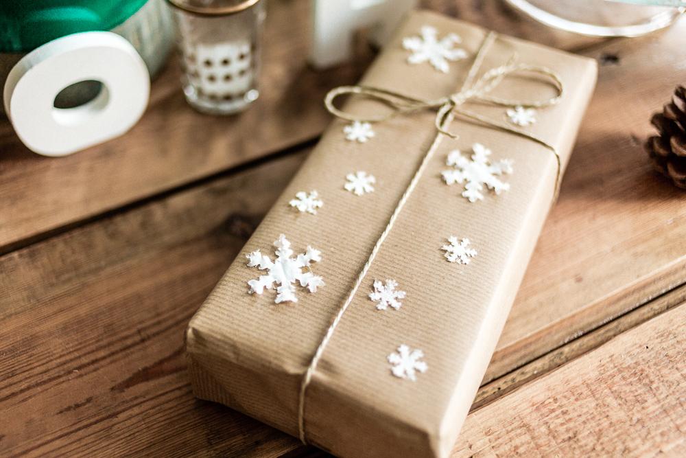 DIY Weihnachtsdeko-Ideen mit Tempo Taschentüchern Schneeflocke Geschenk