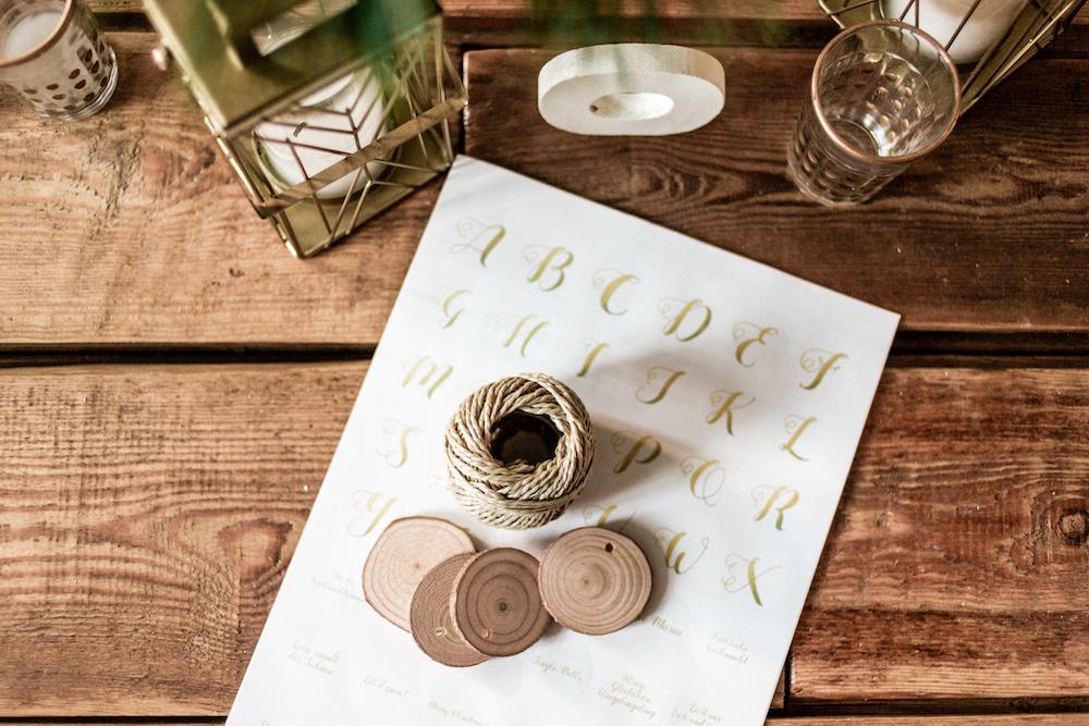Goldene DIY Weihnachtssticker zum Selberausdrucken mit Buchstaben und Sprüchen und Weihnachtsliedern