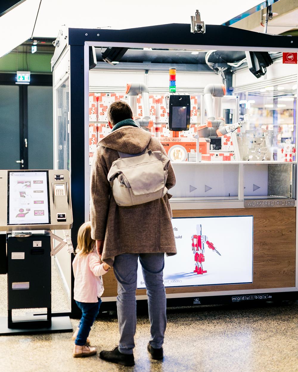 Patricia: Nicht nur ein Highlight für Kinder ist der erste humanoide Verkaufsroboter Deutschlands – Gisela. Als Gisela den 3D-Spielzeugroboter für Marlena anfertigte, bildete sich sofort eine große Menschentraube, die beobachtete, wie Gisela ihn innerhalb von 6 Minuten Stück für Stück zusammensetzte.